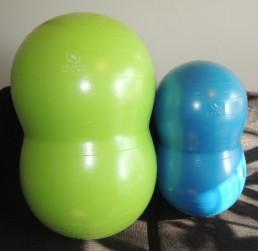 Kaksi papupalloa: iso vihreä ja pieni sininen. Papupallo on täytettävä pavunmuotoinen kumipallo, jota käytetään kinestetiikassa apuna.