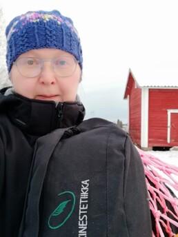 Nainen ja reppu talvisessa maisemassa